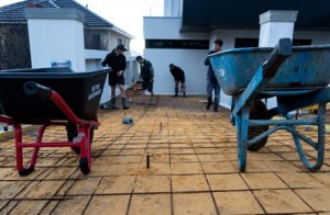Laying down rio mesh in preparation for an exposed aggregate concrete driveway in Perth